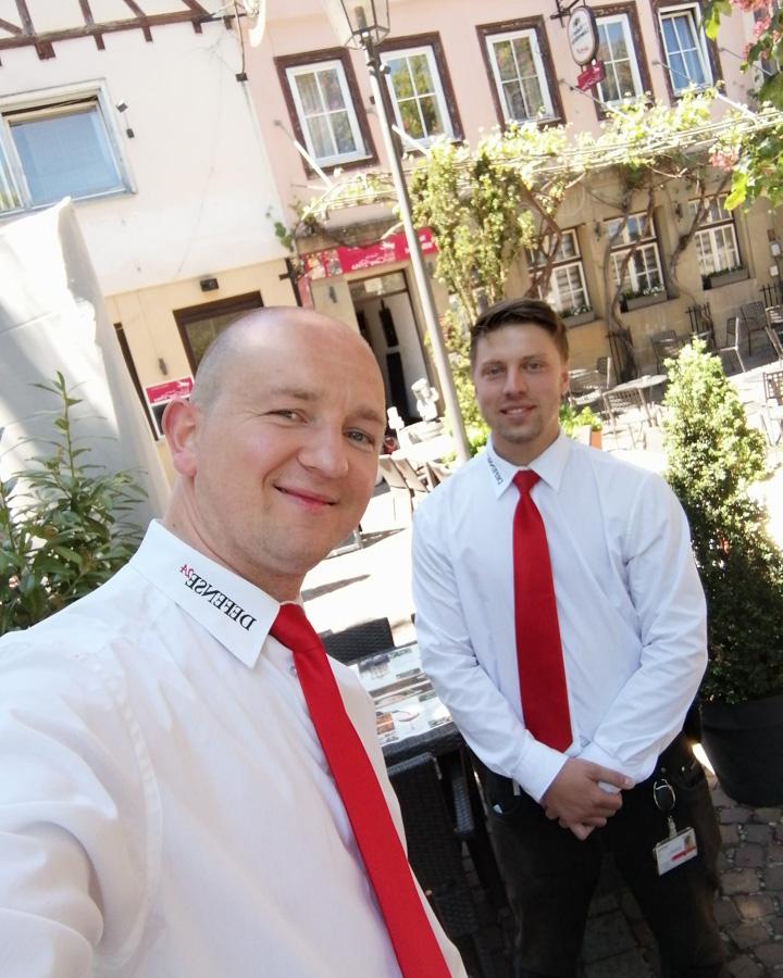 Foto Denis und Timo vor Pizzeria