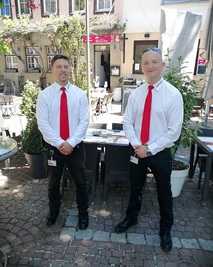 Foto Timo und Denis vor Pizzeria