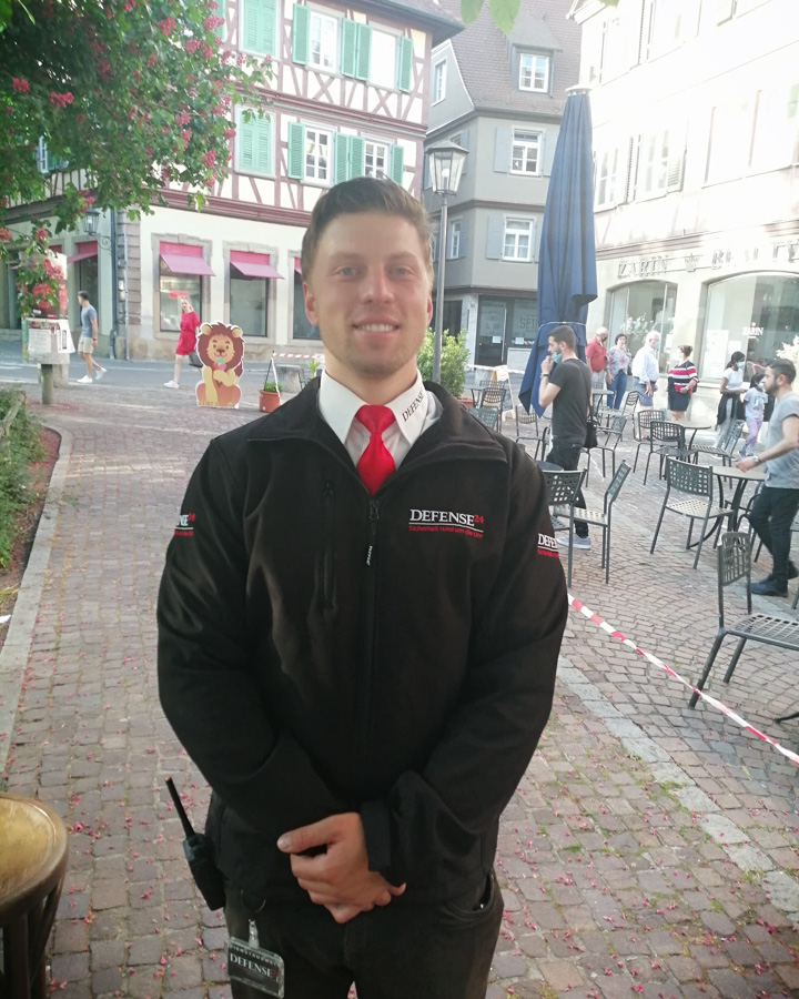 Foto Timo vor Pizzeria mit Jacke